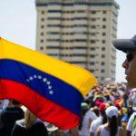 """Nghịch lý ở Venezuela: Nền kinh tế """"rơi xuống vực"""" nhưng chứng khoán lại """"lên đỉnh"""" tăng tới 500% trong 2 năm"""
