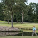 """Người Mỹ """"nhặt tiền"""" trong các lỗ golf ra sao?"""