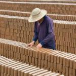 Nhà máy Trung Quốc trả nợ lương công nhân bằng gạch