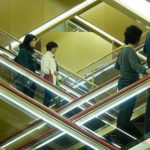 Vì sao người Nhật chỉ đứng một bên khi đi thang cuốn: Câu trả lời thực sự khiến bạn thêm yêu mến đất nước này