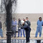 Giá dầu tăng vọt do lo ngại nguồn cung từ Iran co hẹp